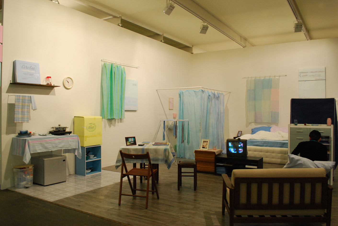 Lee Kit, How to set up an apartment for Johnny, 2011, materiali vari, dimensioni ambiente, Osage gallery