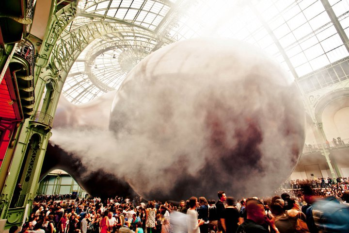 Red – Richie Hawtin facing the Leviathan of Anish Kapoor - photo by Pierre Emmanuel Rastoin