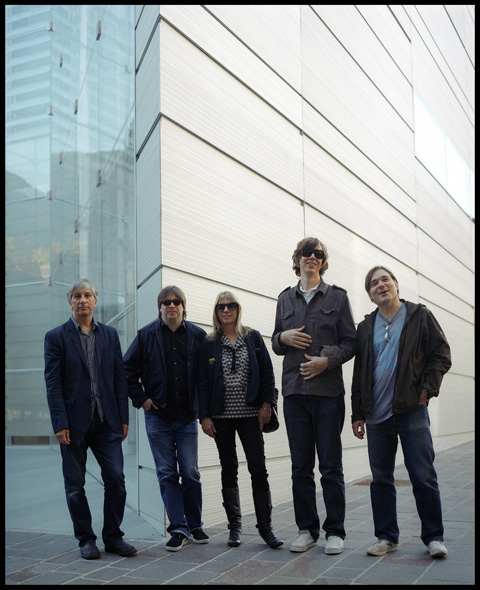 Lee Ranaldo, Steve Shelley, Kim Gordon, Thurston Moore e Mark Ibold davanti al Museion - 2008 - photo Ivo Corrà