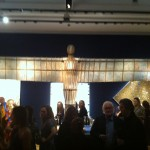 London Updates: cafoni al luxury party Christie's. L'allegra folla di collezionisti balla e brinda, con le sculture come tavolino
