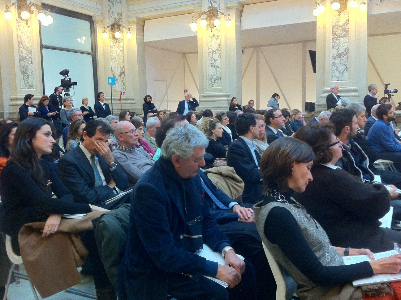 Folla alla conferenza