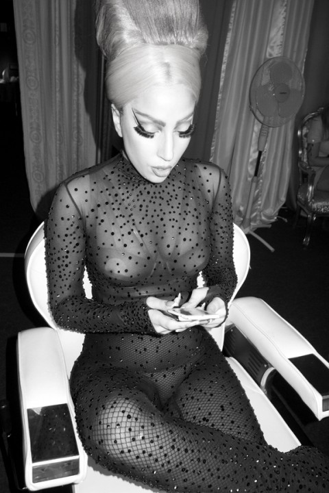 Lady Gaga al telefono - foto © Terry Richardson