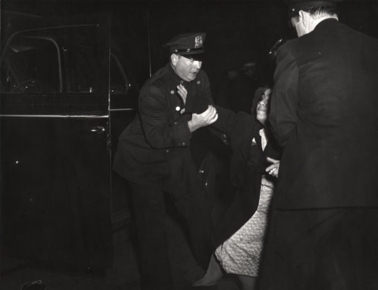 Weegee, The dead man's wife arrived...and then she collapsed, 1940 ca.