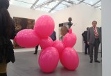 Lo stand Hauser&amp;Wirth con il puppy di Paul McCarthy, venduto in 40 esemplari