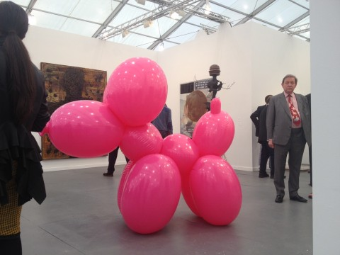"Lo stand Hauser&Wirth con il ""puppy"" di Paul McCarthy, venduto in 40 esemplari - Frieze New York 2013"