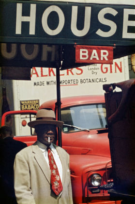 Saul Leiter, Harlem, 1960 , Stampa Cibachrome, 35,5 x 28 cm, © Saul Leiter. Courtesy Howard Greenberg Gallery, New York