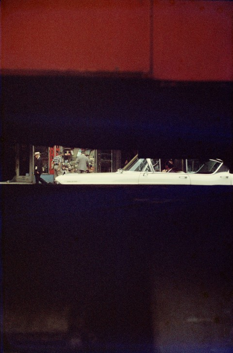 Saul Leiter, Through Boards, 1957, Stampa digitale, 35,5 x 27,9 cm, © Saul Leiter. Courtesy Howard Greenberg Gallery, New York