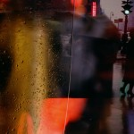 Saul Leiter, Walk with Soames, 1958, Stampa Cibachrome, 35,4 x 27,9 cm, © Saul Leiter. Courtesy Howard Greenberg Gallery, New York