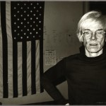 Andy Warhol, Andy Warhol and American Flag, 1983 – Courtesy Galerie Bruno Bischofberger, Schweiz, Photograph by Andy Warhol ©Foto: Galerie Bruno Bischofberger, Schweiz ©The Andy Warhol Foundation for the Visual Arts, Inc.