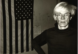 Andy Warhol, Andy Warhol and American Flag, 1983 – Courtesy Galerie Bruno Bischofberger, Schweiz, Photograph by Andy Warhol ©Foto: Galerie Bruno Bischofberger, Schweiz ©The Andy Warhol Foundation for the Visual Arts, Inc. ©VBK, Wien, 2013
