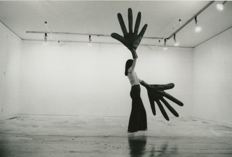 Sylvia Palacios Whitman, Passing Through - performance alla Sonnabend Gallery, New York 1977 - courtesy l'artista - photo Babette Mangolte
