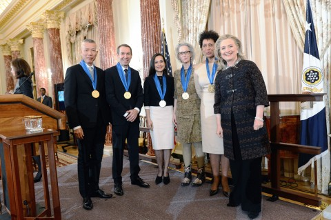 Inaugural Medal of Art, 2012 - da sinistra: Cai Guo-Qiang, Jeff Koons, Shahzia Sikander, Kiki Smith, Carrie Mae Weems, Hillary Clinton