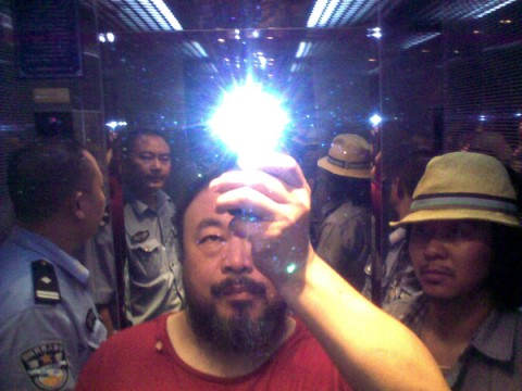 Ai Weiwei in ascensore