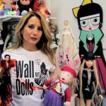 Jo Squillo con le bambole di Wall of Dolls