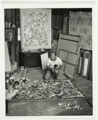 Jackson Pollock nel suo studio, 1947 ca. – photo Herbert Matter - Jackson Pollock and Lee Krasner papers, Archives of American Art, Smithsonian Institution