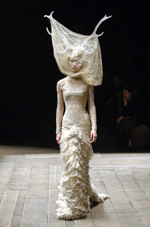 Alexander McQueen, Tulle and lace dress with veil and antlers - Widows of Culloden - AW 2006-07