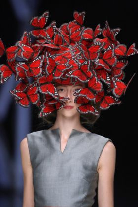 Butterfly headdress of hand-painted turkey feathers Philip Treacy for Alexander McQueen, La Dame Bleu - Spring-Summer 2008 - photo Anthea Sims