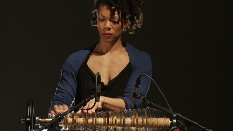 Camille Norment durante una performance nel 2012 - still da video by Bodil Furu