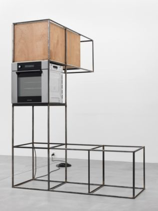 Oscar Tuazon, Steel, plywood, oven, 2011-2012. Acciaio, compensato, forno, materiale elettrico cm 240 x 188 x 108,5. Courtesy the artist and Galerie Eva Presenhuber, Zürich