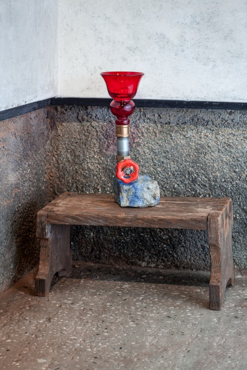 Jimmie Durham, Lapis Lazuli with Venetian red Glass, a Valve, Et Cetera, 2015, pietra, vetro, acciaio, ottone,13,5 x 13 x 30,2 cm, photo by Francesco Allegretto