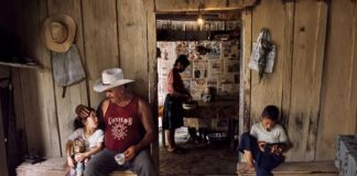 Steve McCurry, A family gathers for breakfast before a day of work, La Fortuna, Honduras, 2004