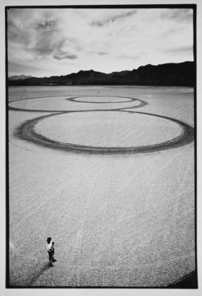 Michael Heizer, Circular Surface, Planar Displacement Drawing, 1969 - from Troublemakers - photo © Gianfranco Gorgoni - courtesy Getty Research Institute, Los Angeles