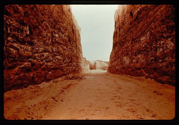 Michael Heizer, Double Negative, 1969-70 - from Troublemakers - photo Sam Wagstaff,1970 - The Getty Research Institute, Los Angeles - © J. Paul Getty Trust