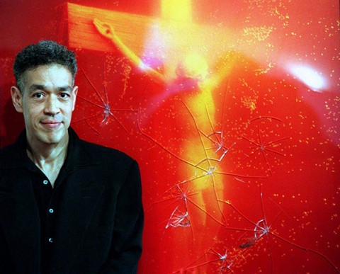 Andres Serrano stands in front of Piss Christ - fonte www.patheos.com