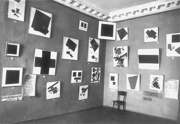 The Last Futurist Exhibition of Painting 0,10, Petrograd, inverno 1915:16 - la sala di Malevich con il Quadrato nero - Russian State Archives
