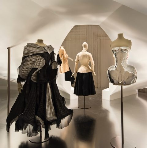 Fashion Forward, 3 siècles de mode (1715-2016) – installation view at Les Arts Décoratifs, Parigi 2016 – photo Luc Boegly