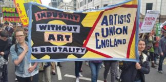 Artists' Union England durante l' End Austerity Now protest luglio 2015 (photo via @hayleyhareart/Instagram)