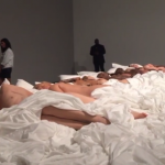 Kanye West porta le sculture in cera del video Famous in galleria. Ed è subito scandalo