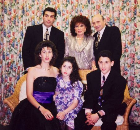 Amy Winehouse con la famiglia in una foto del 1992. Courtesy Jewish Museum, London, and Winehouse Family