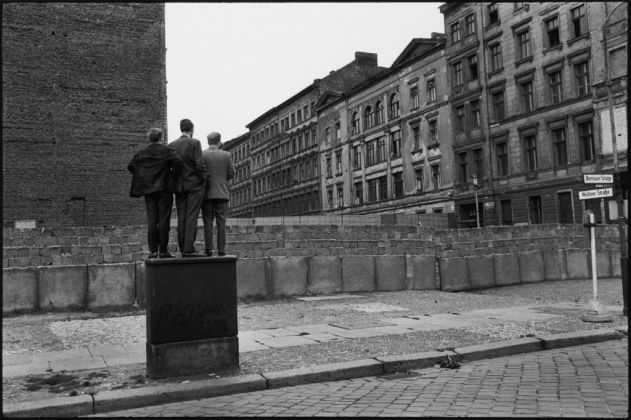 Il Muro di Berlino, Berlino Ovest, Germania Ovest, 1962. © Henri Cartier-Bresson - Magnum Photos