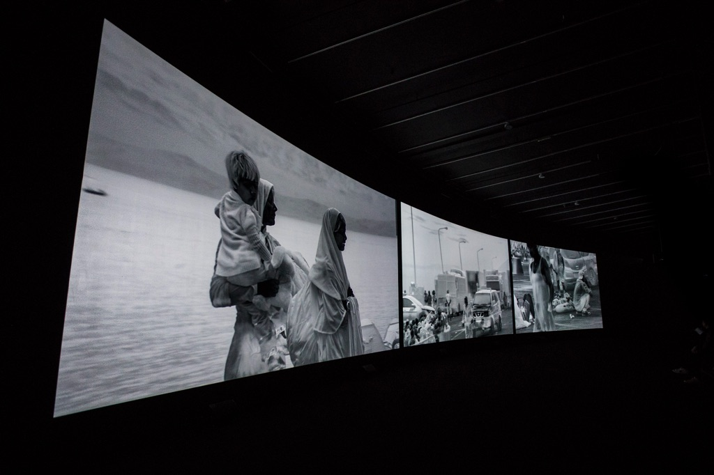 Richard Mosse in collaboration with Trevor Tweeten and Ben Frost. Incoming. Installation view at The Curve, Barbican Centre, Londra 2017. Photo Tristan Fewings / Getty images