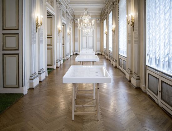 Garland Salon. Exhibition view at Ambasciata d'Italia, Vienna 2017 (al centro, un'opera di Aldo Giannotti). Photo G. Gava