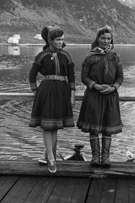 Knut Stokmo, Sámi girls, 1960. Photo courtesy Perspektivet Museum