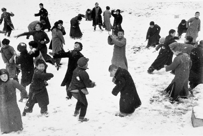 Bambini che giocano nella neve, Hankou, Cina, marzo 1938 © Robert Capa © International Center of Photography-Magnum Photos