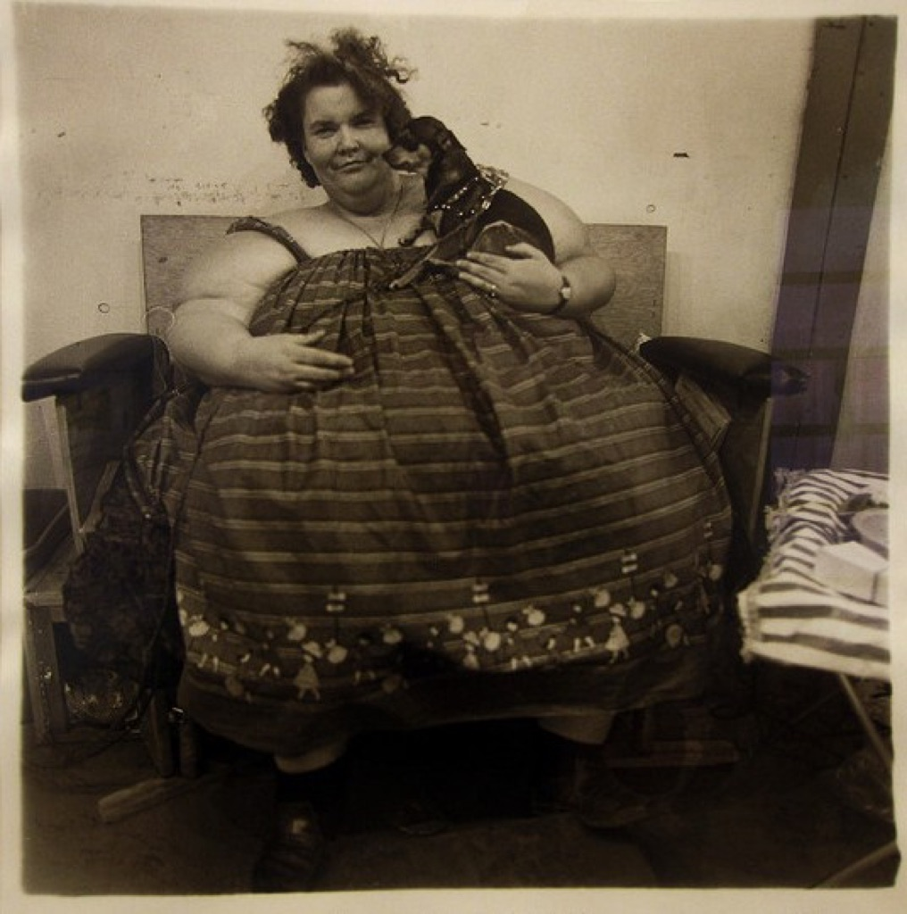Diane Arbus, Circus fat lady and her dog, 1964