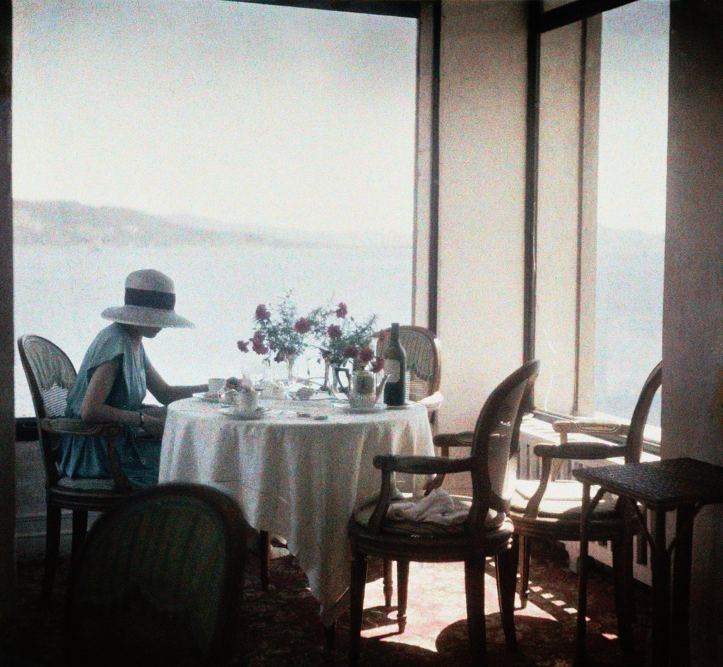 Jacques Henri Lartigue, Bibi au restaurant d'Eden Roc © Ministère de la Culture–France, AAJHL. Courtesy of The CLAIR Gallery