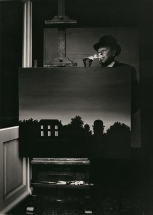 Fotografia (fatta da Marcel Broodthaers) di René Magritte nella sua casa, 1964, collezione privata © The Estate of Marcel Broodthaers, Belgium / © Photo: Marcel Broodthaers