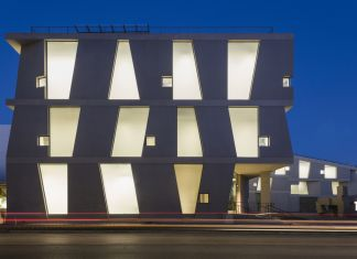 Night view of the Glassell School of Art by Steven Holl Architects, west elevation. Photograph © Richard Barnes
