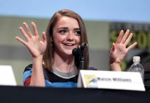 Maisie Williams speaking at the 2015 San Diego Comic Con International, for _Game of Thrones_, at the San Diego Convention Center in San Diego, California, foto di Gage Skidmore