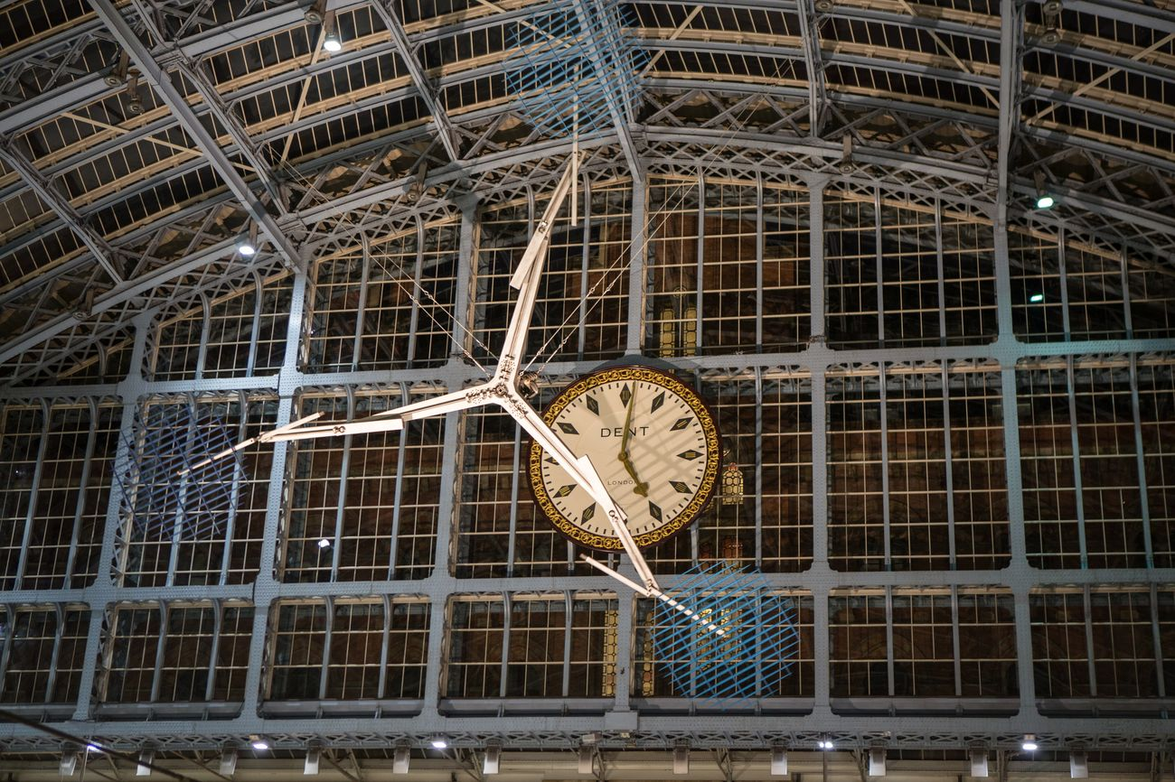 Conrad Shawcross, The Interpretation of Movement (a 9.8 in blue), 2017. St Pancras International. Courtesy of the artist and Victoria Miro, London Venice. Photo Marc Wilmot