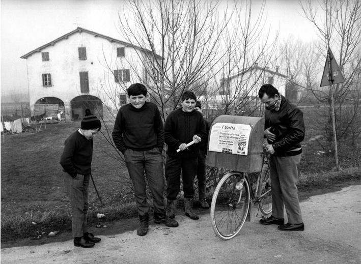 Mario Dondero, Il diffusore de L'Unità, 1975