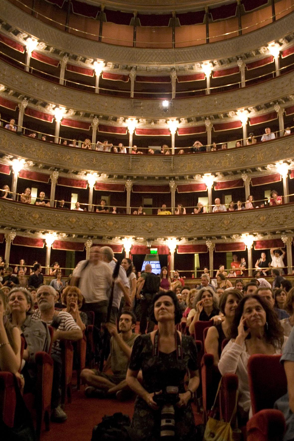la platea gremita del Teatro Valle - photo by Luca Labanca