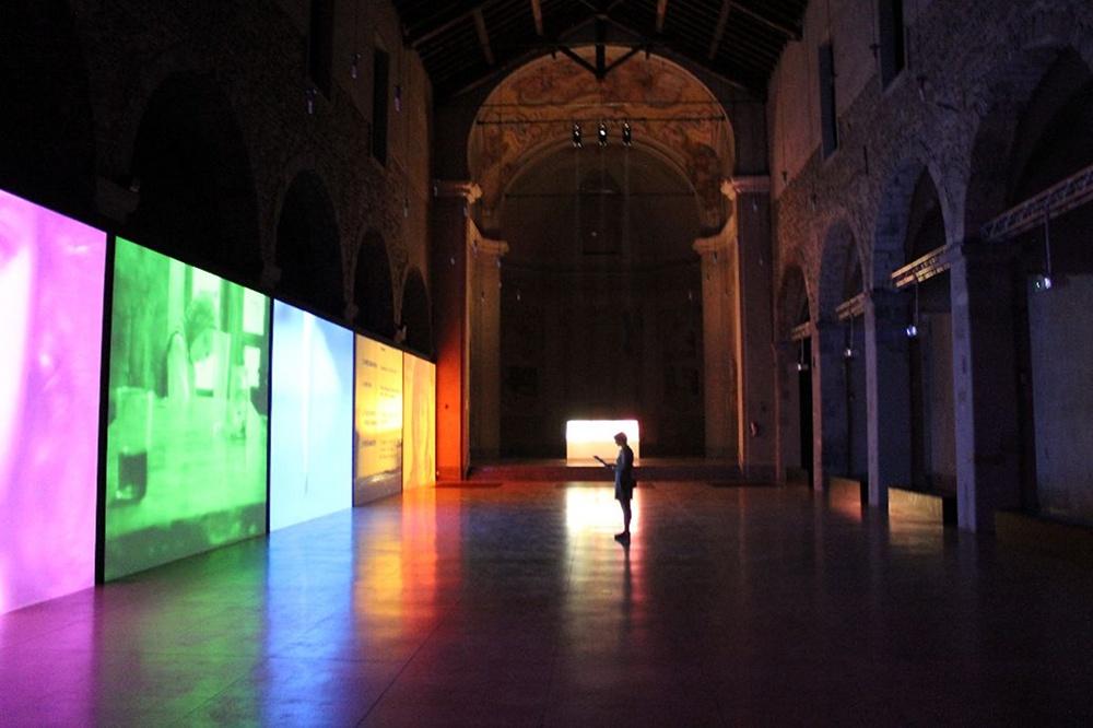 Veduta d'insieme della mostra di Susan Hiller allestita negli spazi della ex Chiesa di San Francesco, Como