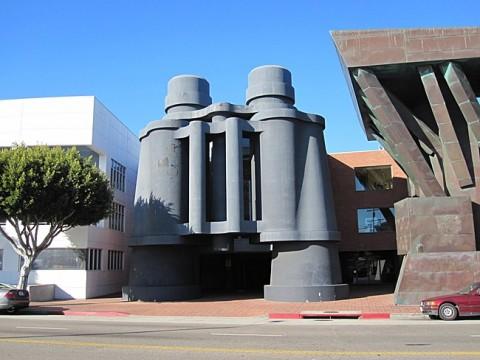 L'edificio a forma di binocolo, creato da Frank Gehry e Claes Oldenburg a Venice, California