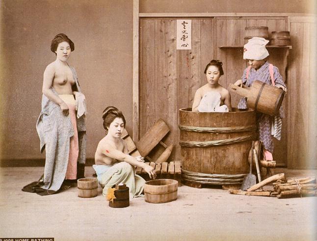 Raimund von stillfried ratenicz attr tre donne al bagno 1880 ca artribune - Donne al bagno pubblico ...