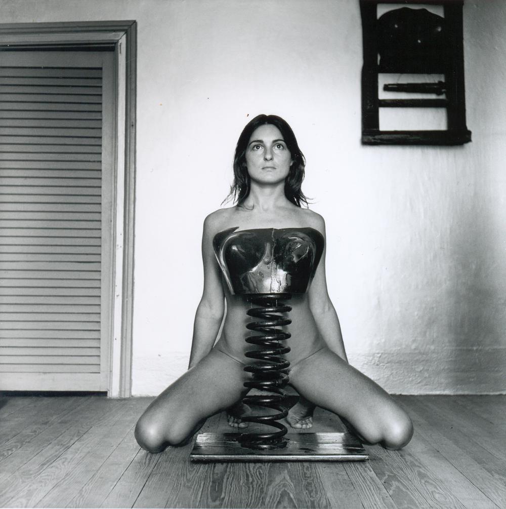 Liliana Maresca con sus obras, 1983. Photo Marcos López